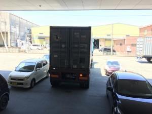 Sale el camion cargado de mesas de madera de Japon